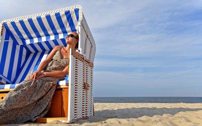 Strandkorb mit Frau an der Ostsee