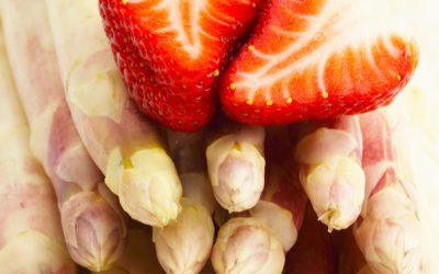 Frischer Spargel und Erdbeeren